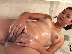 Sensual Asian babe Sofie is pissing in the bath