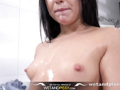 Gorgeous babe Jessica Lincoln tastes her golden piss in solo pee play scene