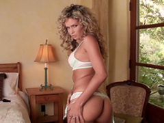 Curly-haired Prinzzess Felicity Jade shows her tits